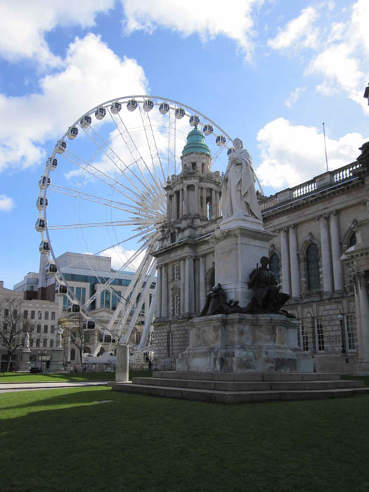 Monument to Queen Victoria and the Belfast Wheel at Belfast City Hall