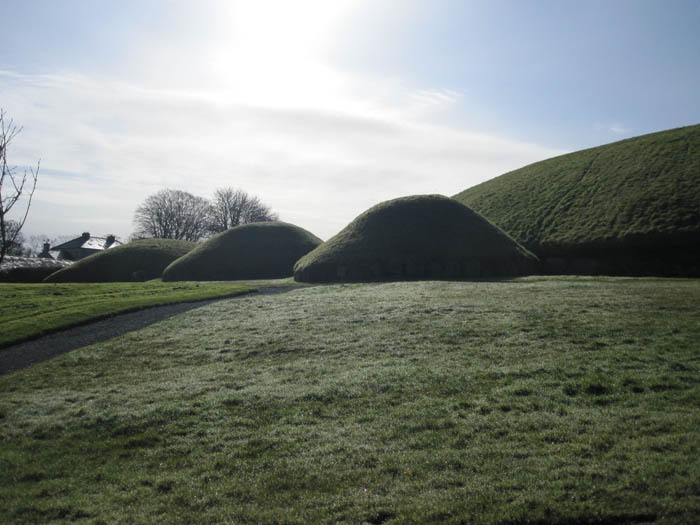 Satellite tombs at Knowth
